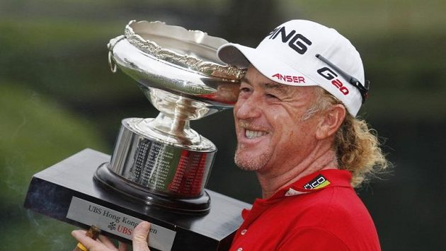 Španělský golfista Muguel Ángel Jimenez s trofejí pro vítěze Hong Kong Open.