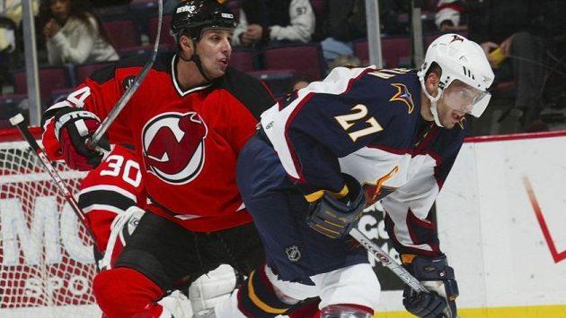 Český útočník Patrik Štefan (vpravo) v dresu Atlanty v souboji NHL před brankou New Jersey na snímku z roku 2005.