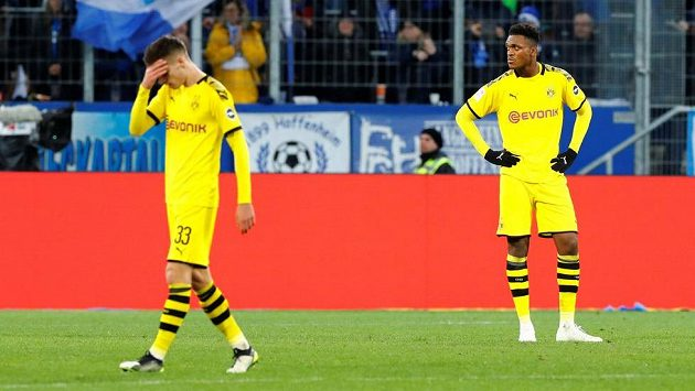 Fotbalisté Dortmundu Julian Weigl (vlevo) a Dan Axel Zagadou.