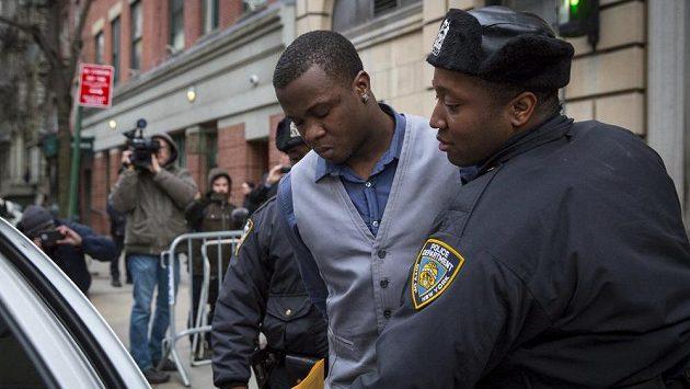 Mladíka podezřelého z pobodání basketbalisty Chrise Copelanda a jeho přítelkyně před nočním klubem v New Yorku odvádějí policisté k výslechu.