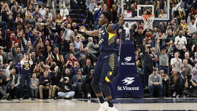 Basketbalista Indiany Victor Oladipo se raduje po vítězství nad basketbalisty Clevelandu.