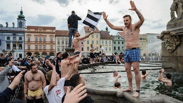 Fanoušci a hráči Českých Budějovic oslavili postup do první ligy koupelí v Samsonově kašně.
