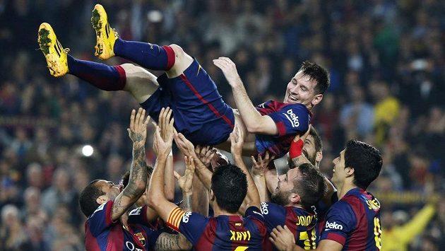 Nový střelecký rekordman španělské ligy Lionel Messi nad hlavami spoluhráčů z Barcelony, která porazila Sevillu 5:1.