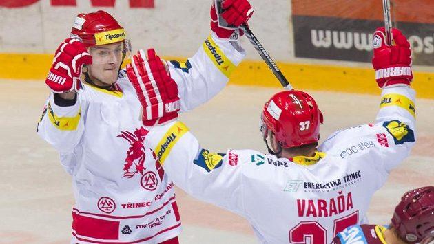 Třinečtí hokejisté David Květoň (vlevo) a Václav Varaďa se radují z výhry nad Spartou.
