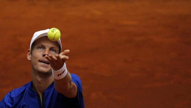 Tomáš Berdych podává na turnaji v Madridu.
