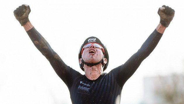 Emil Hekele se raduje z triumfu na domácím cyklokrosovém šampionátu.
