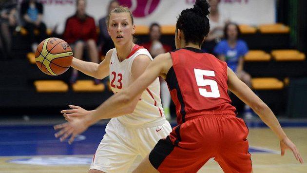 Lenka Bartáková (vlevo) z českého týmu a Kia Nurseová z Kanady v přípravném utkání basketbalistek v Praze před mistrovstvím Evropy.