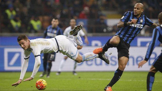 Sergej Milinkovič z Lazia Řím (vlevo) v souboji s Felipem Melem z Interu Milán.
