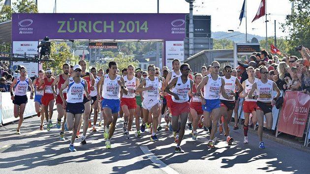 Maratónci na startu závodu v rámci atletického ME v Curychu.