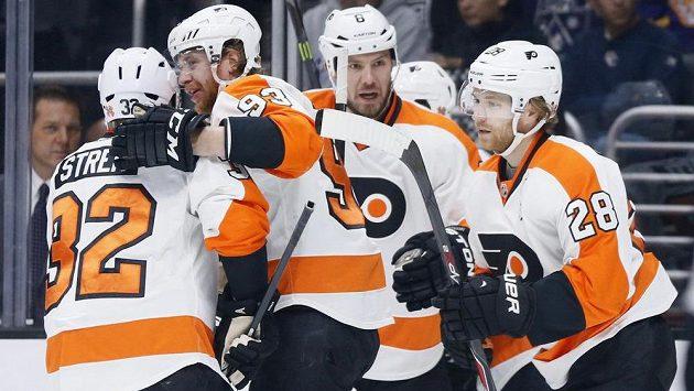 Hokejisté Philadelphie slaví gól na ledě Los Angeles. Vpravo je střelec první branky zápasu Claude Giroux, raduje se i Jakub Voráček (druhý zleva).
