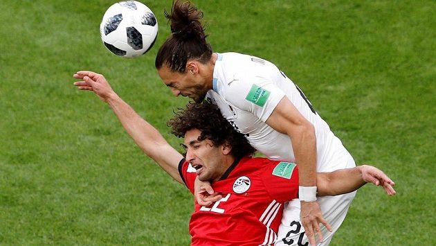 Martin Cáceres (vpravo) z Uruguaye v hlavičkovém souboji s Egypťanem Amrem Wardou.