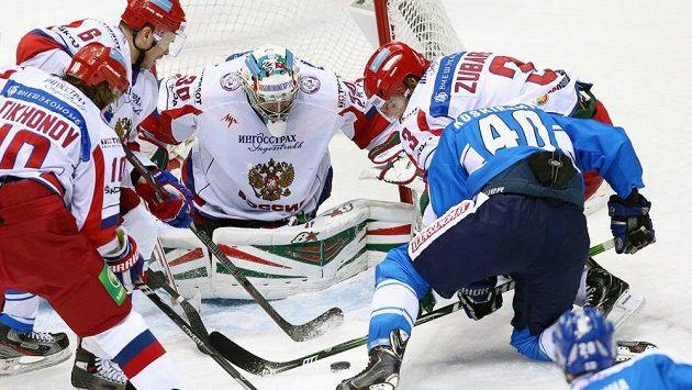 Trojice ruských hokejistů se snaží odstavit od puku Fina Jarna Koskirantu.