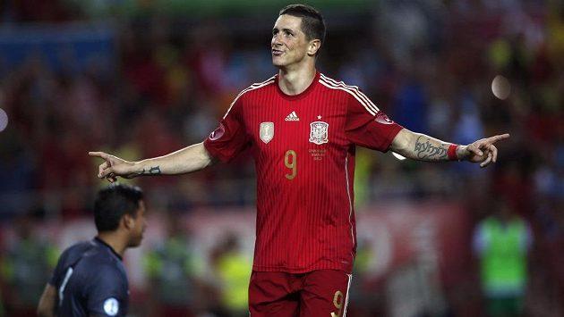 Španěl Fernando Torres oslavuje svůj gól z pokutového kopu v přípravě proti Bolívii, která se hrála na sevillském stadiónu Ramóna Sáncheze Pizjuana.