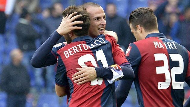 Luca Antonelli z Janova (druhý zleva) se raduje z vítězného gólu svého týmu proti AC Milán.