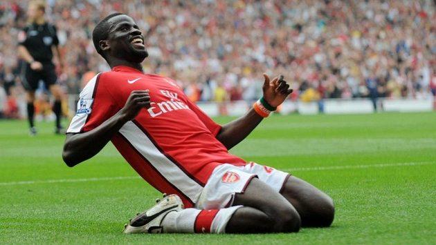 Emmanuel Eboué (ještě v dresu Arsenalu) nesmí rok hrát fotbal.