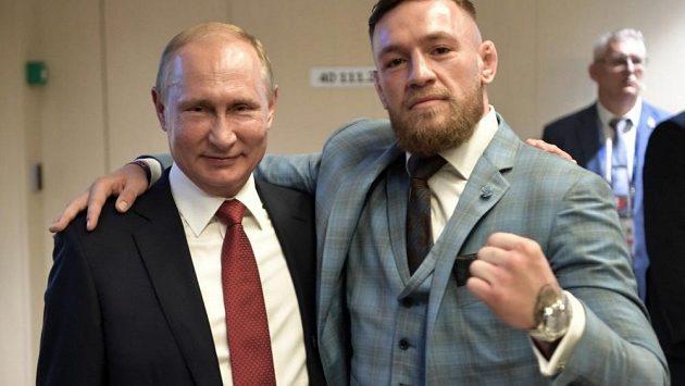 Prezident Vladimir Putin (vlevo) a irský zápasník MMA Conor McGregor. Dárek, který obdržela ruská hlava státu, musel na bezpečnostní prověrku, až pak mohl Putin ochutnat whisky.