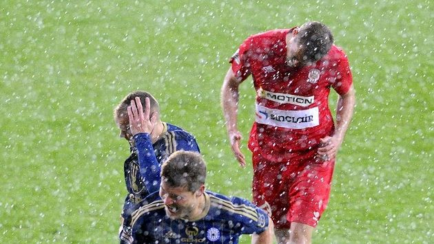 Hráči Brna a Olomouce prchají do kabin poté, co byla dohrávka 24. kola Gambrinus ligy přerušena kvůli krupobití.