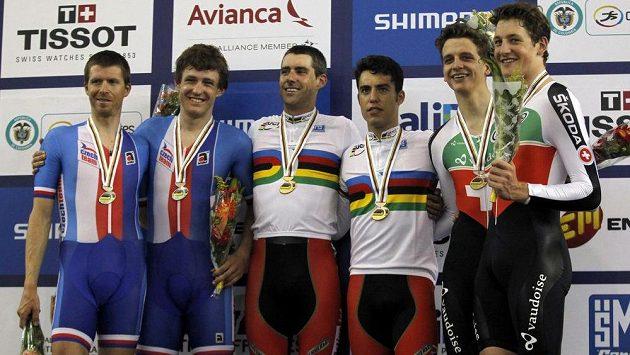 Čeští dráhoví cyklisté Martin Bláha (zcela vlevo) a Vojtěch Hačecký (druhý zleva) na stupních vítězů. Uprostřed se radují vítězové David Muntaner (vlevo) a Albert Torres ze Španělska. Vpravo jsou třetí Stefan Kueng (druhý zprava) a Thery Schir ze Švýcarska.