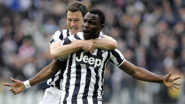 Kwadwo Asamoah z Juventusu (vpravo) slaví se spoluhráčem Stephanem Lichtsteinerem gól proti Chievu Verona.