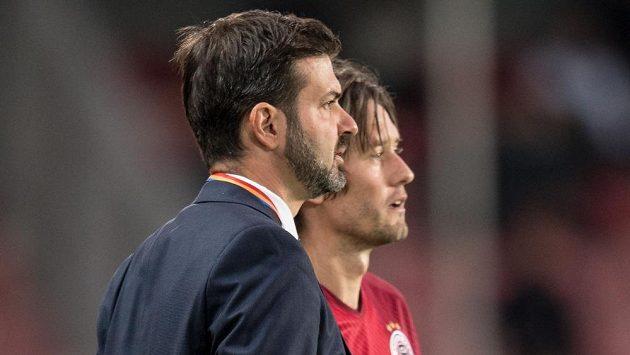 Trenér Sparty Andrea Stramaccioni se během utkání radí s Tomášem Rosickým.