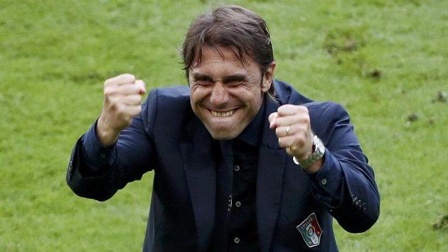 Italský trenér Antonio Conte se raduje z postupu přes Španělsko do čtvrtfinále ME.
