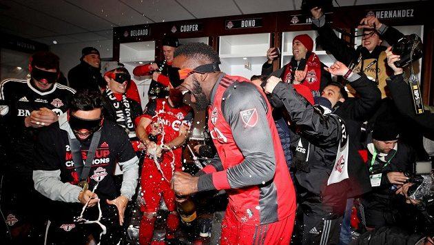 Střelec první branky finále americké MLS Jozy Altidore (vpředu) oslavuje zisk titulu se svými spoluhráči z Toronta.