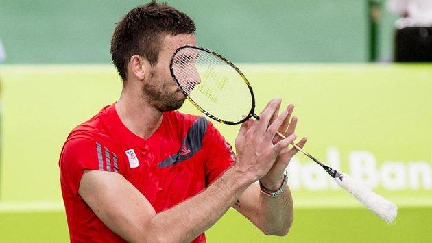 Zklamaný badmintonista Petr Koukal po prohraném čtvrtfinálovém duelu s Němcem Dieterem Domkem.