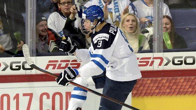 Jesse Puljujärvi z Finska se raduje z gólu proti Čechům.