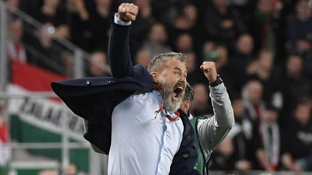 Kouč Slovenska Pavel Hapal oslavuje vítězství v Maďarsku.