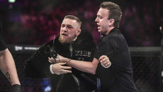 Conor McGregor vlezl do klece 3Arena, aby pogratuloval Charliemu Wardovi, ale skončil v potyčce s rozhodčím Marcem Goddardem.