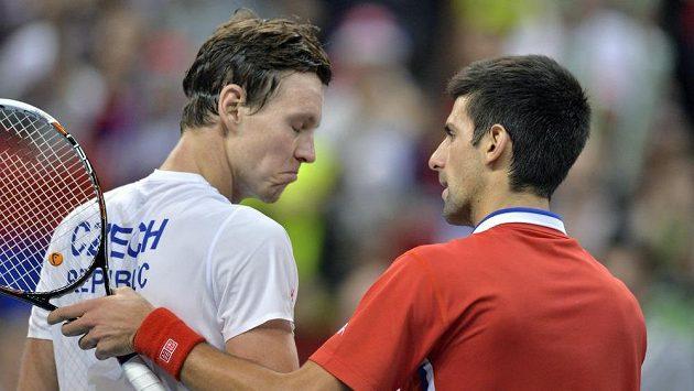 Novak Djokovič porazil českého reprezentanta Tomáše Berdycha (vlevo).