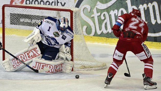 Třinecký útočník Zbyněk Irgl před brankářem Komety Markem Čiliakem v utkání 22. kola hokejové Tipsport extraligy.