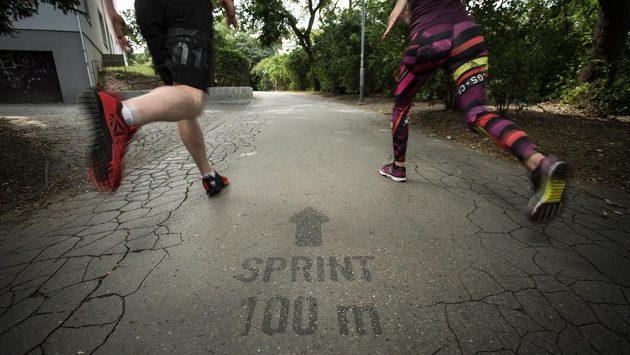 Ostré sprinty propojené s výklusy a cviky na pomůckách, jaké nabízí každé město.