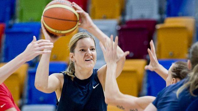 Eva Vítečková na snímku při tréninku českých basketbalových reprezentantek do přípravy tentokrát nezasáhla.