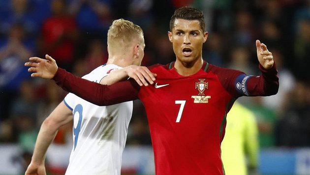 Překvapený Cristiano Ronaldo z Portugalska a zády k němu Kolbeinn Sigthorsson z Islandu.