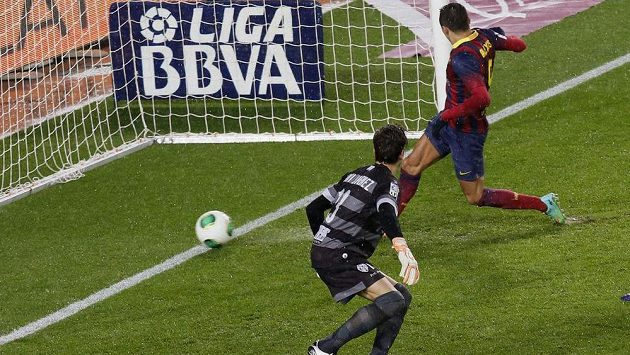 Barcelonský útočník Alexis Sánchez střílí gól do sítě Levante.
