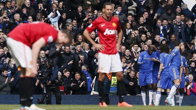 Fotbalstié Chelsea se radují z branky do sítě Manchesteru United ve čtvrtfinále FA Cupu.