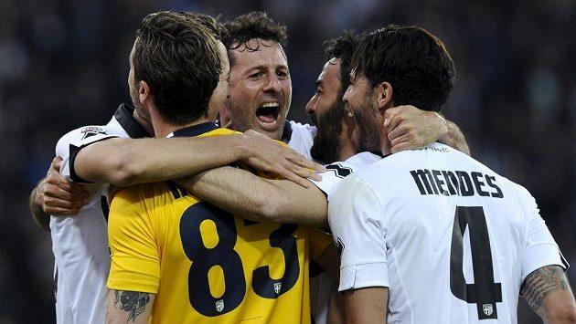 Fotbalisté Parmy (zleva) Antonio Mirante, Massimo Gobbi, Mattia Cassani a Pedro Mendes oslavují nečekanou ligovou výhru nad Juventusem.