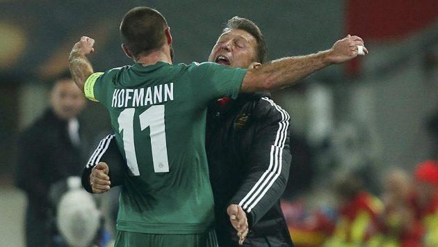 Fotbalista Rapidu Vídeň Steffen Hofmann slaví gól proti Plzni v Evropské lize spolu s trenérem Zoranem Barisicem.