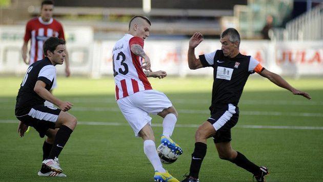 Zdeněk Ondrášek z Tromsö (uprostřed) se snaží proniknout mezi Philippem Lebresnem (vpravo) a Andy Mayem z FC Differdange.