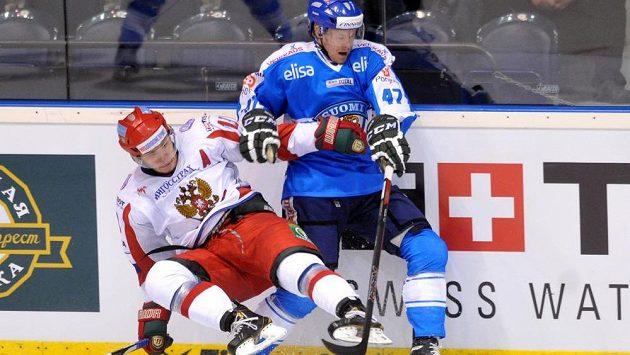 Ruský útočník Michail Varnakov (vlevo) a obránce Finska Ville Lajunen.