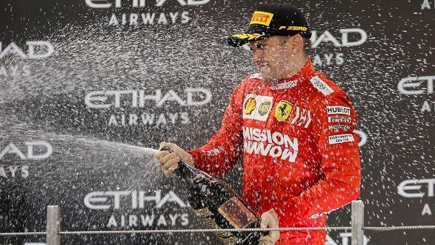 Charles Leclerc oslavuje na stupních vítězů třetí místo ve Velké ceně Abú Zabí.