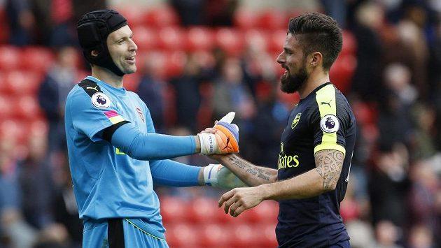 Gólman Arsenalu Petr Čech a jeho spoluhráč Olivier Giroud po výhře na hřišti Sunderlandu.