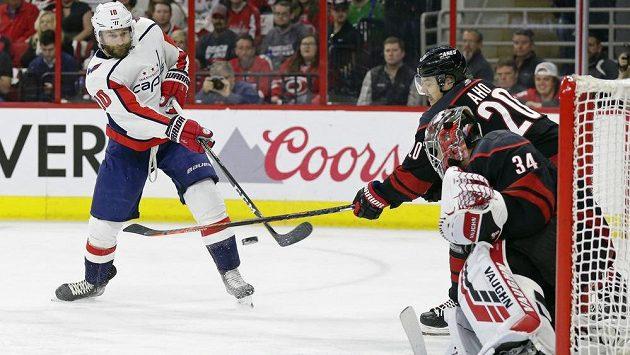 Hokejista Brett Connolly (10) z Washingtonu Capitals překonává Petra Mrázka v brance Caroliny Hurricanes v utkání 1. kola play off.