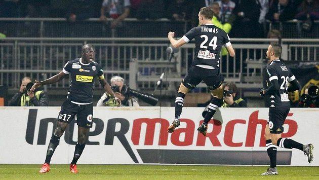 Hrdina Angers v utkání v Lyonu - Cheikh N'Doye (vlevo) po jednom ze vstřelených gólů.