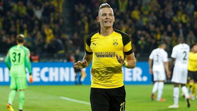 Dortmuntský Marius Wolf slaví gól proti Frankfurtu.
