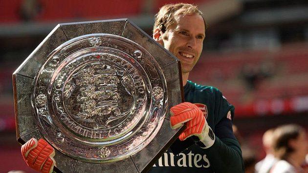 Petr Čech s trofejí pro vítěze Community Shield. Dorazí během podzimu s Arsenalem také do vlasti...?