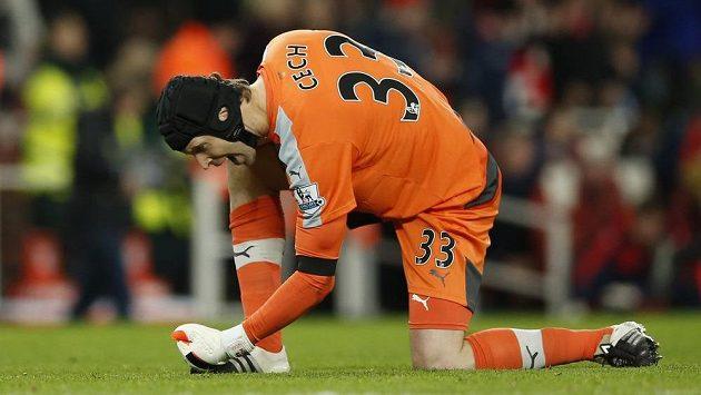 Petr Čech má k radosti důvod! Udržel 170. čisté konto v Premier League, čímž stanovil nový rekord soutěže, a navíc Arsenal je novým lídrem.