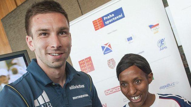 Badmintonista Petr Koukal s jednou z favoritek pražského maratónu Caroline Rotichovou.