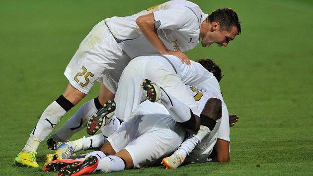 Hráči Giurgiu se radují z gólu.